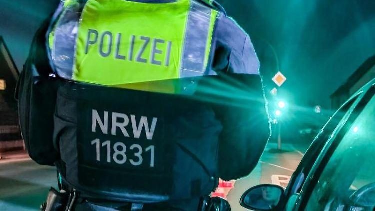 Ein Polizist kontrolliert Raser und Tuner. Foto: -/Polizei Recklinghausen/dpa/Handout