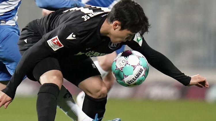Karlsruhes Mittelfeldspieler Kyoung-Rok Choi (r). Foto: Thomas Frey/dpa
