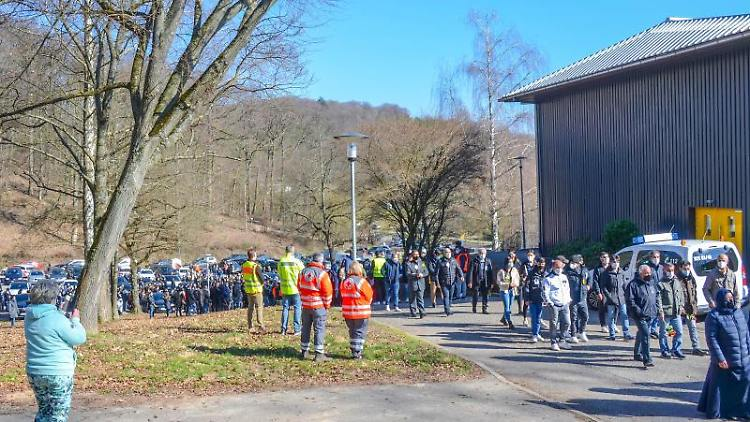 Menschen kommen zu einer Trauerfeier für den getöteten 13-jährigen Jungen in Sinsheim. Foto: Julian Buchner/Einsatz-Report24/dpa