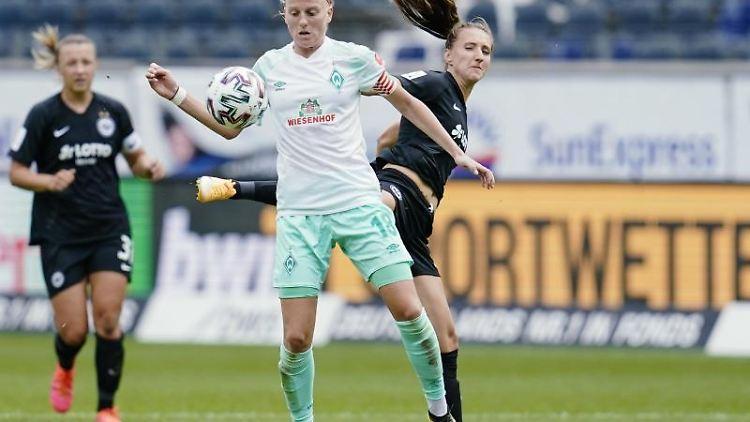 Bremens Lina Hausicke (l) in Aktion. Foto: Uwe Anspach/dpa/Archivbild