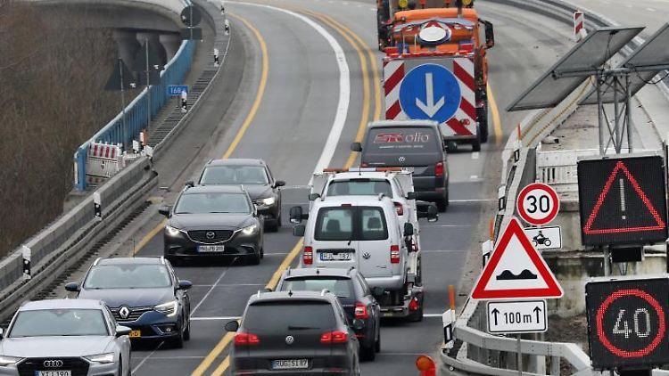 An der Baustelle der abgesackten Ostseeautobahn rollt der Verkehr über die Behelfsbrücke. Foto: Bernd Wüstneck/dpa-Zentralbild/dpa
