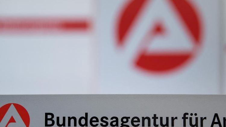 Der Schriftzug der Bundesagentur für Arbeit steht vor einem Logo der Bundesagentur. Foto: Sebastian Gollnow/dpa/Archivbild