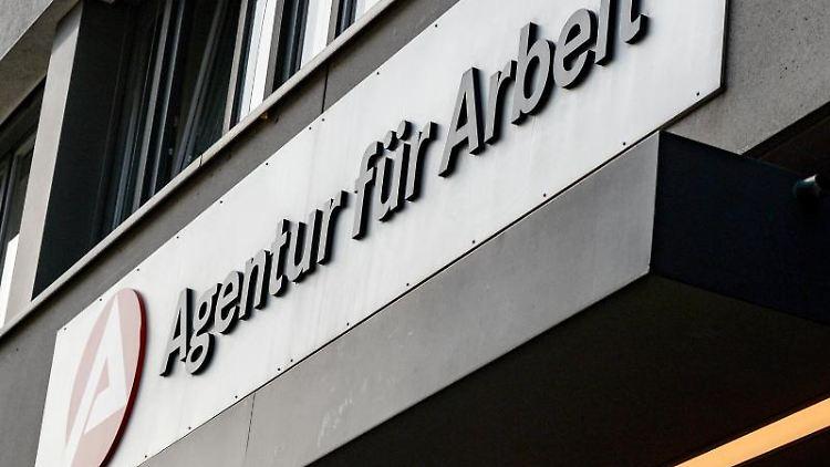 Das Schild der Agentur für Arbeit. Foto: Jens Kalaene/dpa-Zentralbild/dpa