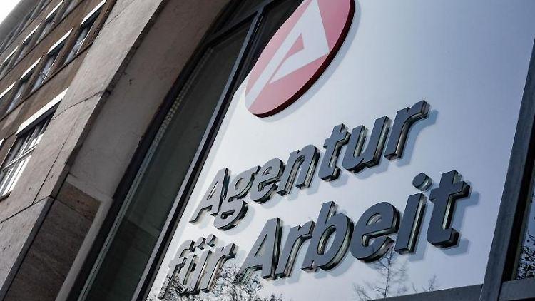 Das Schild der Agentur für Arbeit. Foto: Jens Kalaene/dpa-Zentralbild/ZB/Archivbild