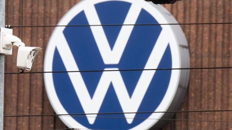 Das große VW Logo ist auf der Fassade eines Kraftwerkes zu sehen. Foto: Julian Stratenschulte/dpa/Archivbild