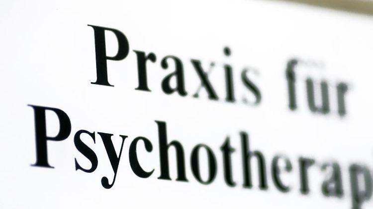 Ein Schild einer Praxis für Psychotherapie. Foto: Jens Wolf/zb/dpa/Archivbild