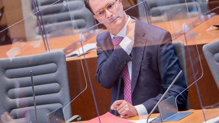 Hendrik Wüst (CDU), Verkehrsminister von Nordrhein-Westfalen, sitzt im Landtag. Foto: Rolf Vennenbernd/dpa/Archivbild