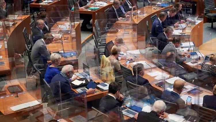 Abgeordnete sitzten im Landtag von Nordrhein-Westfalen. Foto: Henning Kaiser/dpa