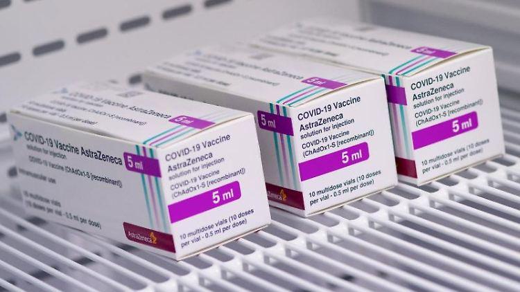 Der Corona-Impfstoff von AstraZeneca liegt in einem Kühlschrank. Foto: Sven Hoppe/dpa/Archivbild