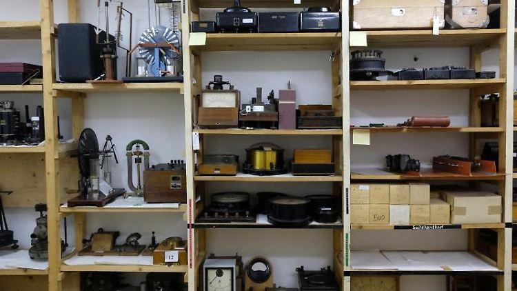 Exponate der Sammlung physikalischer Versuchsgeräte der Universität Halle. Foto: Sebastian Willnow/dpa-Zentralbild/dpa