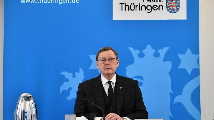 Bodo Ramelow (Die Linke), Ministerpräsident von Thüringen, sitzt in einem Konferenzraum. Foto: Martin Schutt/dpa-Zentralbild/dpa