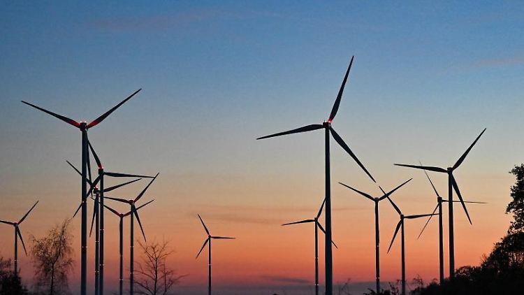 Die Sonne geht über Windkraftanlagen unter. Foto: Patrick Pleul/dpa-Zentralbild/ZB/Symbolbild