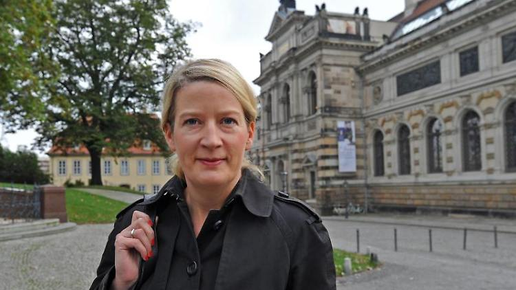 Hilke Wagner, die Direktorin des Albertinums, steht vor ihrer Wirkungsstätte. Foto: Matthias Hiekel/dpa-Zentralbild/dpa/Archivbild