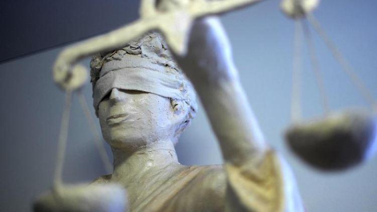 Die Statue Justitia ist in einem Amtsgericht zu sehen.jpg