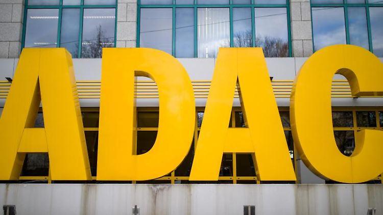 Der Schriftzug des Automobilclubs ADAC steht vor dem Gebäude am Sitz des ADAC-Nordbayern. Foto: Daniel Karmann/dpa/Archivbild