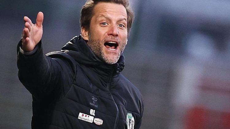 Lübecks Trainer Rolf Landerl gestikuliert am Spielfeldrand. Foto: Christian Charisius/dpa