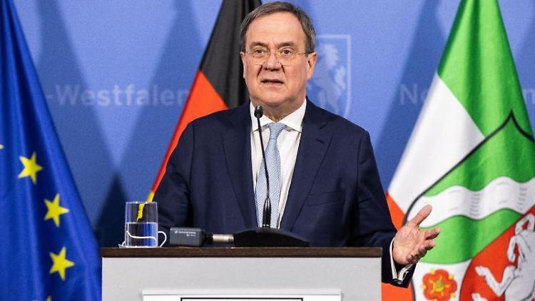 Armin Laschet (CDU), Ministerpräsident von Nordrhein-Westfalen, spricht bei einer Pressekonferenz. Foto: Marcel Kusch/dpa-POOL/dpa/Archivbild