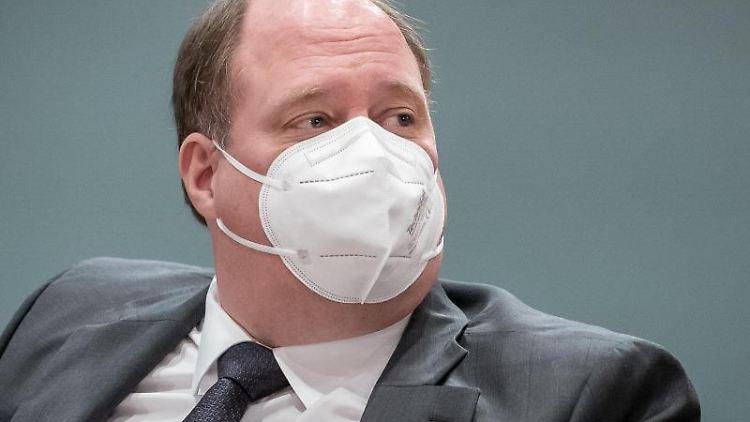 Helge Braun (CDU) wartet im Kanzleramt. Foto: Michael Kappeler/dpa-Pool/dpa