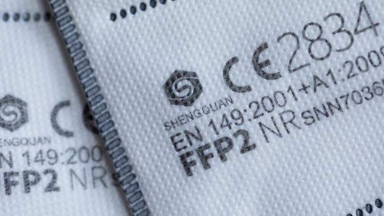 FFP2 Masken mit CE-Zertifizierung liegen auf einem Tisch. Foto: Rolf Vennenbernd/dpa/Archivbild