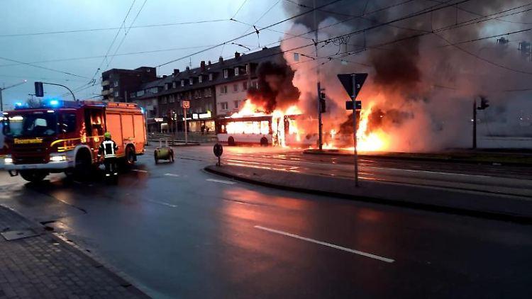 Der brennende Linienbus der Bogestra in Gelsenkirchen-Horst. Foto: -/Feuerwehr Gelsenkirchen/dpa