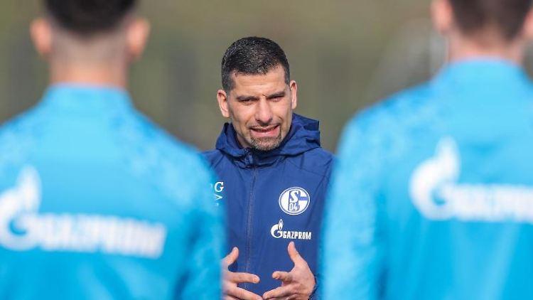 Dimitrios Grammozis, neuer Trainer des FC Schalke 04, spricht mit der Mannschaft. Foto: Tim Rehbein/FC Schalke 04/dpa/Handout