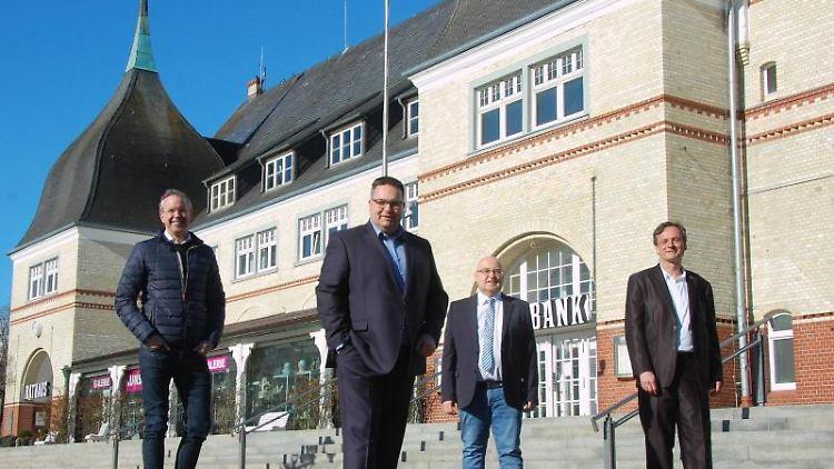 Nikolas Häckel (parteilos, l-r), Clemens Raab (CDU), Lars Schmidt (Zukunft) und Ralf Obluda-Kruber. Foto: Lea Sarah Pischel/dpa