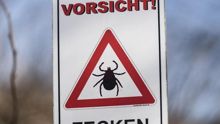 Ein Schild warnt vor Zecken. Foto: Patrick Seeger/dpa/Symbolbild