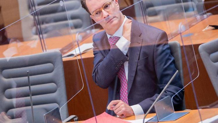 Hendrik Wüst (CDU), Verkehrsminister von Nordrhein-Westfalen, sitzt im Plenum des Landtags. Foto: Rolf Vennenbernd/dpa