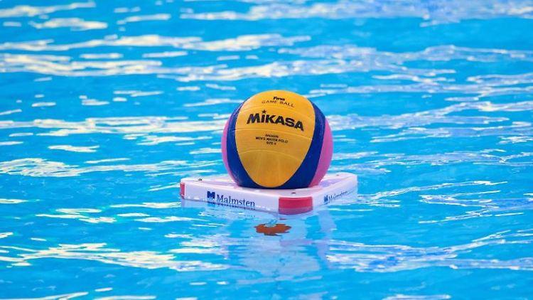 Der Ball liegt vor Beginn des Spiels im Wasser. Foto: Bernd Thissen/dpa