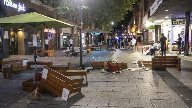 Tische und Bänke liegen auf dem Pflaster in der Innenstadt. Foto: Simon Adomat/dpa/Archivbild