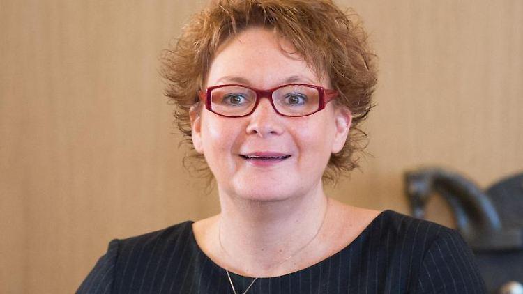 Daniela Behrens (SPD), Gesundheitsministerin von Niedersachsen, lächelt. Foto: Silas Stein/dpa