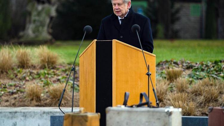 Der Direktor der Stiftung Bayerische Gedenkstätten, Karl Freller, spricht. Foto: Nicolas Armer/dpa Pool/dpa/Archivbild