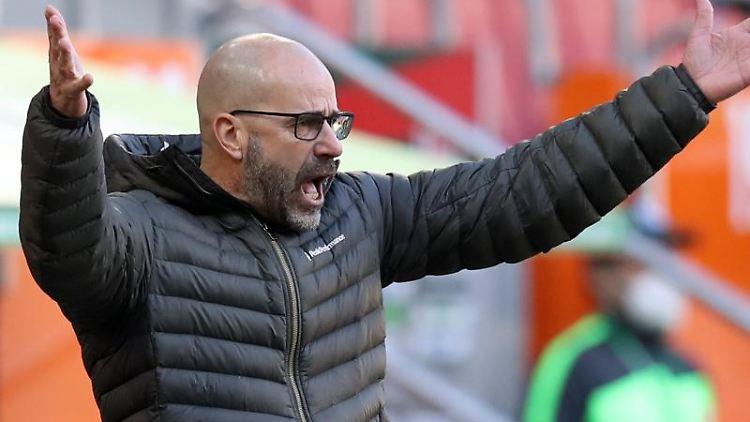 Leverkusens Trainer Peter Bosz gibt Anweisungen. Foto: Tom Weller/dpa