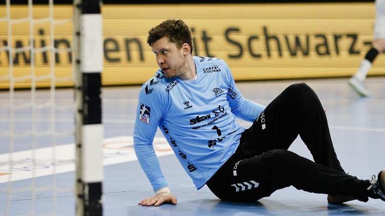 Kiels Torwart Niklas Landin sitzt am Boden. Foto: Frank Molter/dpa
