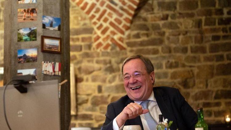 CDU-Chef Armin Laschet nimmt aus dem Ratskeller des Aachener Rathauses am ersten