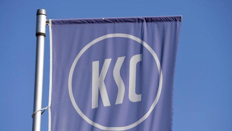 Eine Fahne des Karlsruher SC. Foto: Uli Deck/dpa/Archivbild