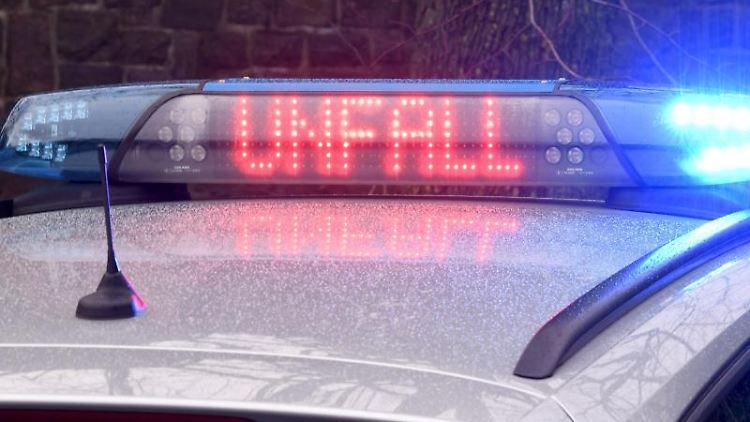Ein Leuchtschild der Polizei weist auf einen Unfall hin. Foto: Carsten Rehder/dpa/Symbolbild