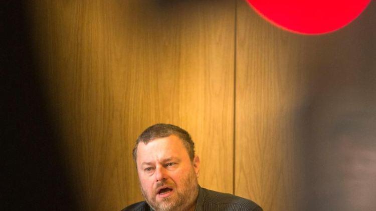 Der Parlamentarischen Geschäftsführer der Partei Die Linke, Stefan Zillich, spricht. Foto: picture alliance / Lino Mirgeler/dpa