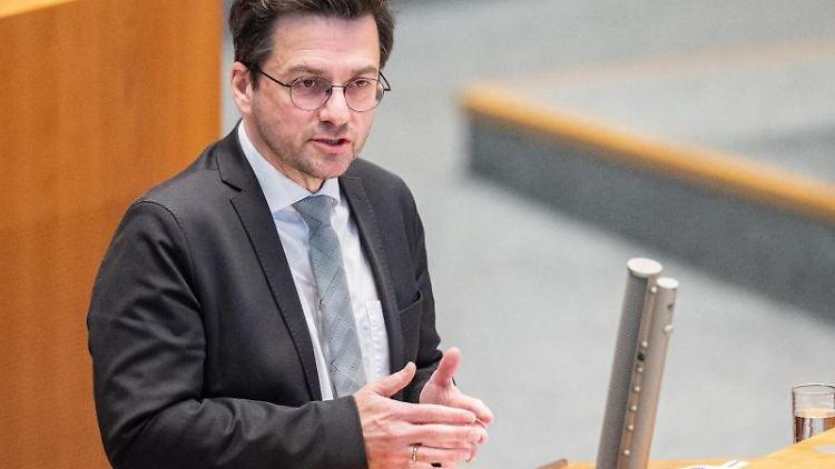 Thomas Kutschaty, SPD-Fraktionsvorsitzender, spricht im Plenum des Landtages. Foto: Marcel Kusch/dpa