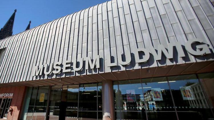 Hinter dem Museum Ludwig ist in Köln (Nordrhein-Westfalen) der Dom zu sehen. Foto: picture alliance / dpa