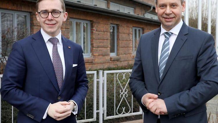 Philipp Amthor und Michael Sack (l-r.) vor Beginn der Landesvertreterversammlung der CDU MV. Foto: Bernd Wüstneck/dpa-Zentralbild/dpa