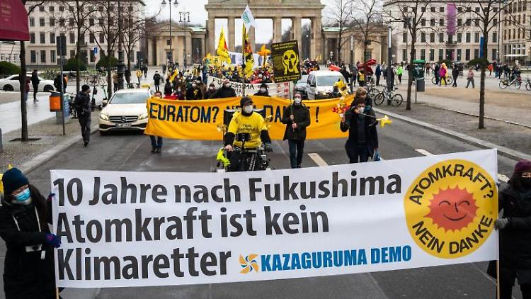 Atomkraft-Gegner demonstrieren auf der Straße Unter den Linden vor dem Brandenburger Tor. Foto: Christophe Gateau/dpa