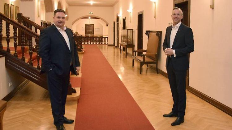 Der amtierende Bürgermeister, Nikolas Häckel (parteilos, r), und Herausforderer Clemens Raab (CDU,l). Foto: Lea Sarah Pischel/dpa