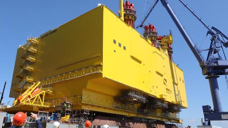 Auf der Warnow Werft schwimmt die Offshore-Konverterplattform