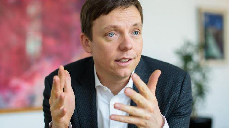 Der saarländische Ministerpräsident Tobias Hans (CDU) spricht bei einem Interview in seinem Büro. Foto: Oliver Dietze/dpa/Archivbild