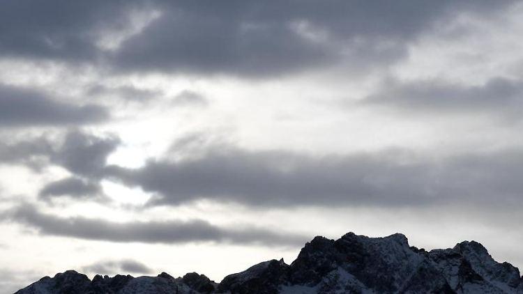 Dunkle Wolken hängen am Himmel. Foto: Angelika Warmuth/dpa/Symbolbild