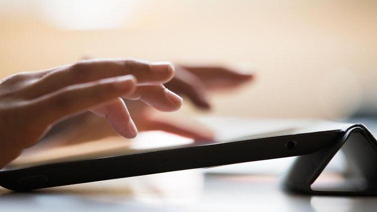 Ein Schüler der achten Klasse tippt auf einem iPad. Foto: Rolf Vennenbernd/dpa