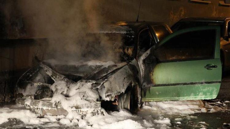 In Sondershausen brannten an unterschiedlichen Stellen Autos und Mülltonnen. Foto: Silvio Dietzel/dpa-Zentralbild/dpa