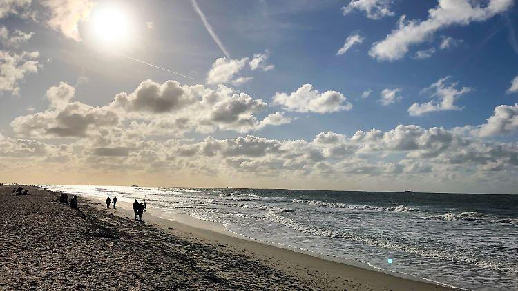 Ein Strandspaziergang am Meer, eine Wanderung durch die Berge oder ein Städtetrip - viele Menschen sehnen sich nach dem langen Lockdown nach Urlaub. Doch wie funktioniert das Reisen in diesem Jahr, worauf muss man besonders achten und wie kann man sich vor Unwägbarkeiten schützen?