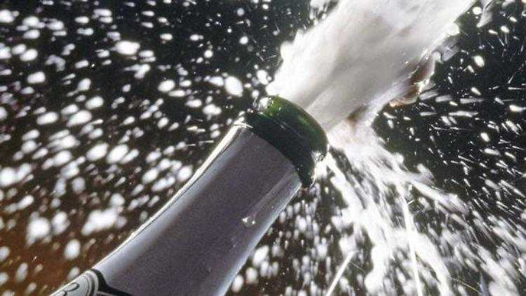 Der Sektkorken schießt mit großer Geschwindigkeit aus der Flasche - wenn er das Auge trifft, kann das sehr schmerzhaft werden. (Bild: DWI/dpa/tmn)